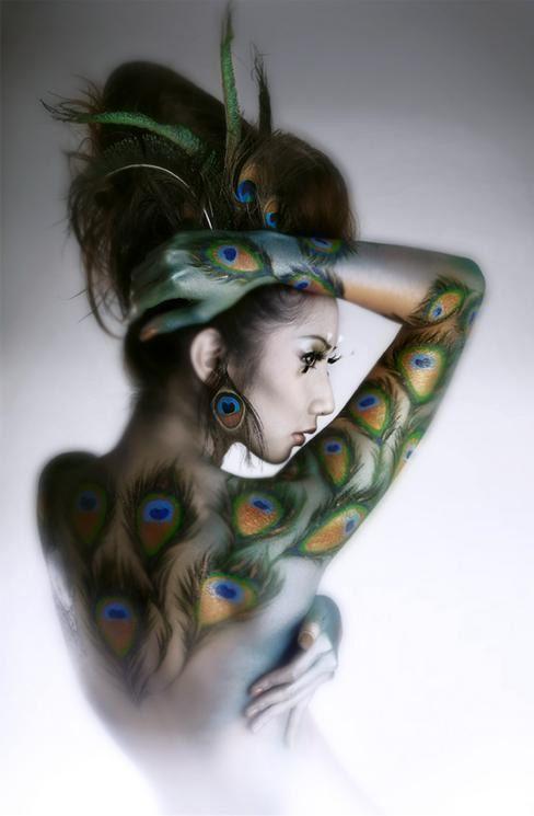 image femme plumes de paon