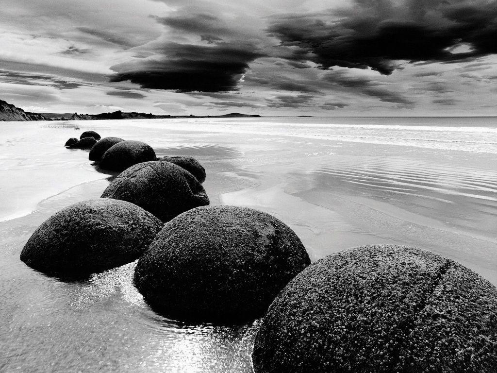fond d'écran plage en noir et blanc